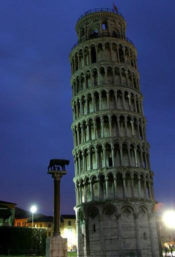 Пизанская Башня и статуя Капитолийской волчицы. Пиза.