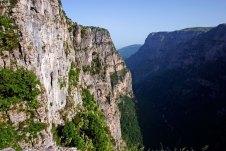 Отвесные стены каньона Викос.