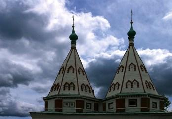Двухшатровые Святые ворота Ризоположенского монастыря. Суздаль.