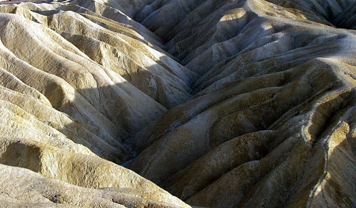 Zabriskie point. Волны, застывшие в камне.