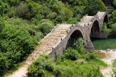 Красивый мост Kalogeriko с тройным пролетом. Vikos-Aoos National Park.