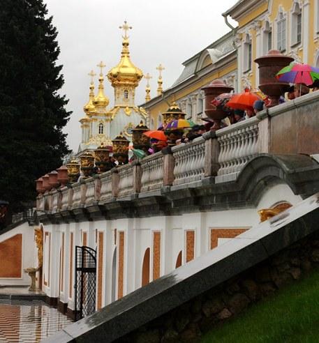 Группа школьников на террасе Большого дворца. Петродворец.