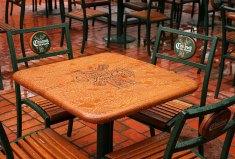 """Столик в кафе """"Старый мельник"""" внутри парка фонтанов."""