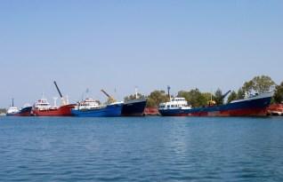 Суда веселенькой раскраски в порту Мессолонги.
