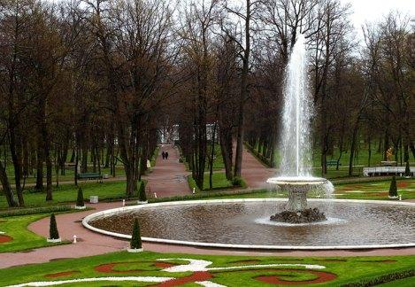 Правый Фонтан-чаша (французский) и парк под дождем.