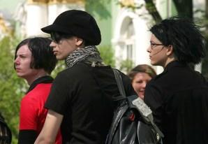 """Люди в черном. У девушки на рюкзаке написано транслитом """"chey meshochek"""" :)"""