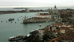 Вид с колокольни на треугольное здание таможни (Dogana di Mare) и церковь Santa Maria della Salute.