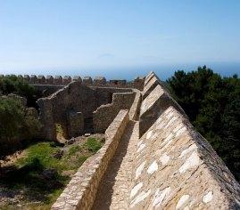 Укрепления на крепостной стене замка Chlemoutsi.
