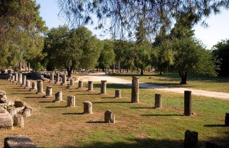 Palaestra - фрагменты колонн здания, где тренировались боксеры, борцы и прыгуны в длину. Древняя Олимпия.