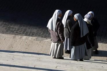 Монахини у подножия лестницы, ведущей к церкви Santa Maria in Aracoeli.