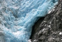 Спускающийся со скалы ледниковый язык.