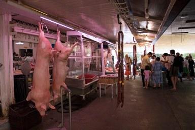 Мясной ряд на рынке в Каламате.