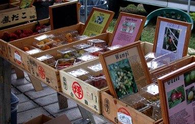 Придорожный рынок экзотических фруктов и цветов.
