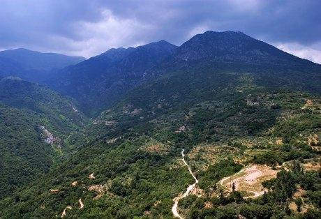 Узкая дорога на перевале горной гряды Taygetos Mountains.