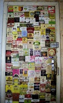 Дверь из алкогольных этикеток (ни одна из которых не повторяется) в 17-й комнате, где жил Илья. Петродворец.