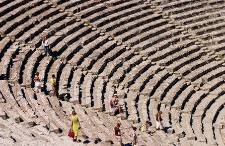 Известняковые ряды античного театра Эпидаврос, вмещают 14 тысяч человек.
