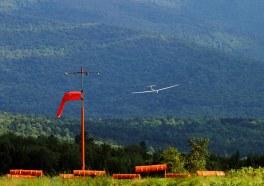 Заход на посадку на фоне зеленых гор.