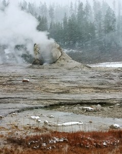 "Гейзер ""Гигант"" (Giant geyser)."