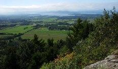 Озеро Шамплейн и нью-йоркские горы Адирондак с высоты горы Mt. Philo. Mt. Philo State Park.