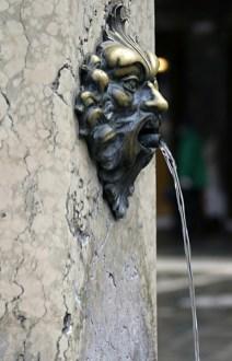 Уличный питьевой фонтанчик.