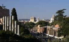 Вид из Колизея на улицу Via Imperiali.