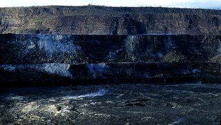 Кратер внутри кратера Halema'uma'u. Hawai'i Volcanoes National Park.