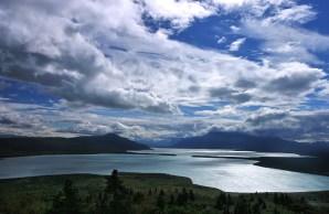 Синее озеро Naknek Lake.