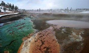 """Красные и зеленые оттоки гейзера """"Вихрь"""" (Whirligig geyser) в Фарфоровом бассейне."""
