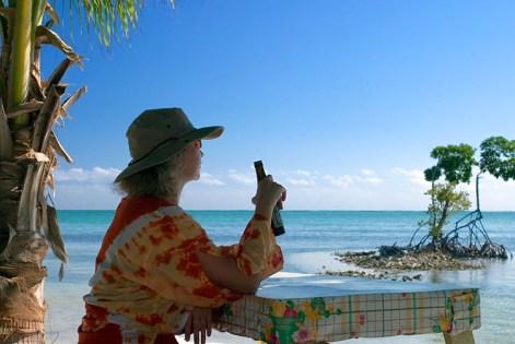 """Катя с местным пивом """"Беликин"""" отдыхает на берегу. Остров Caye Caulker."""