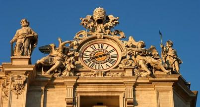 Действующие часы на соборе Св. Петра.
