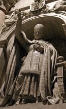 Одна из многочисленных скульптур Пап в нишах собора Св. Петра.