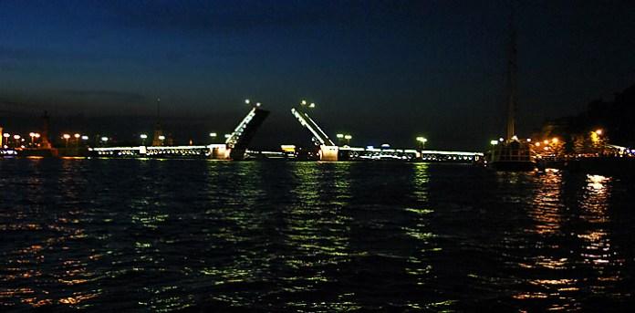 Подсвеченные крылья Дворцового моста. Ночное катание по Неве.