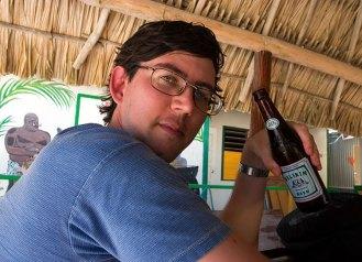 С местным пивом Belikin на острове Амбергиз.