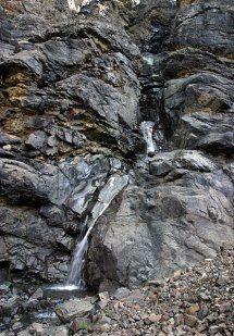 Двойной водопад с ледяной водой.