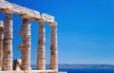 Колонны храма Посейдона и Эгейское море.