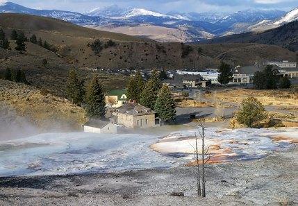 Отели, инфо-центр и парковки в Mammoth hot springs.