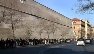 Многочасовая очередь в музеи Ватикана. Стена является границей государства Ватикан.