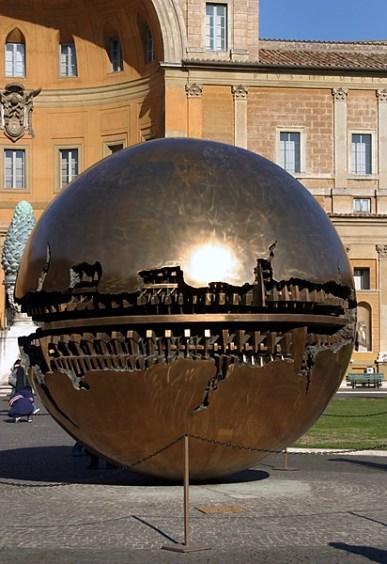 Аллегорический золотой шар во дворе музеев Ватикана.