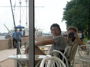 Отражения в зеркальных стенах киоска на набережной Невы.