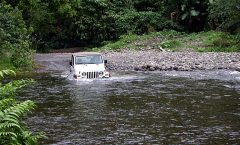 Обычная дорога через реку в долине Waipi'o. Незабываемые впечатления! А кто-то так ездит на работу каждый день...