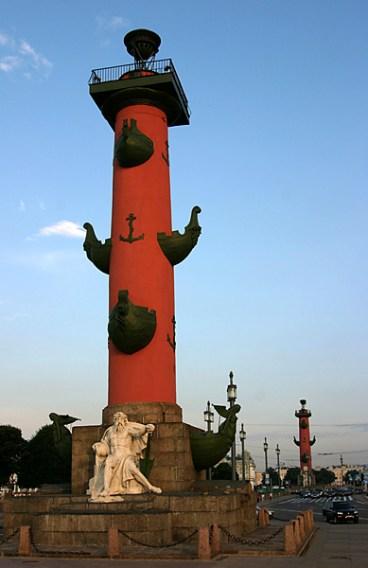 Ростральные колонны на закате.