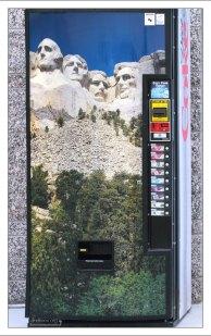 Автомат по продаже напитков с символикой монумента Рашмор.
