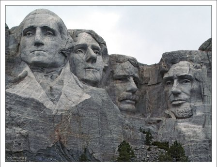 Скульптурные портреты четырёх президентов США: Джорджа Вашингтона, Томаса Джефферсона, Теодора Рузвельта и Авраама Линкольна.