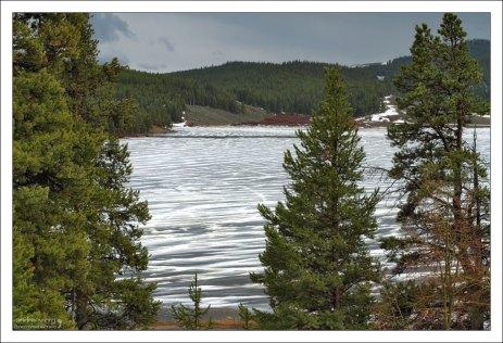 Замерзшее озеро Meadowlark в заповеднике Bighorn National Forest.