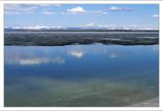 Озеро Йеллоустоун еще частично покрыто льдом.