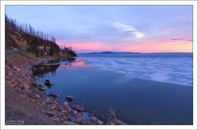 Озеро Йеллоустоун в сумерках.
