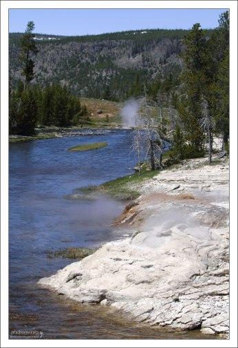 Берега Огненной реки (Firehole river).