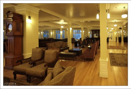 В фойе гостиницы Lake Yellowstone Hotel.