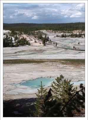 Фарфоровая долина - полностью открытая местность просто-таки набитая сотнями шипящих геотермальных диковинок.