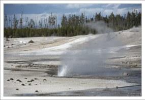 Некоторые из гейзеров Фарфоровой долины довольно эфемерны – их активность продолжается всего несколько недель, дней, а то и часов.